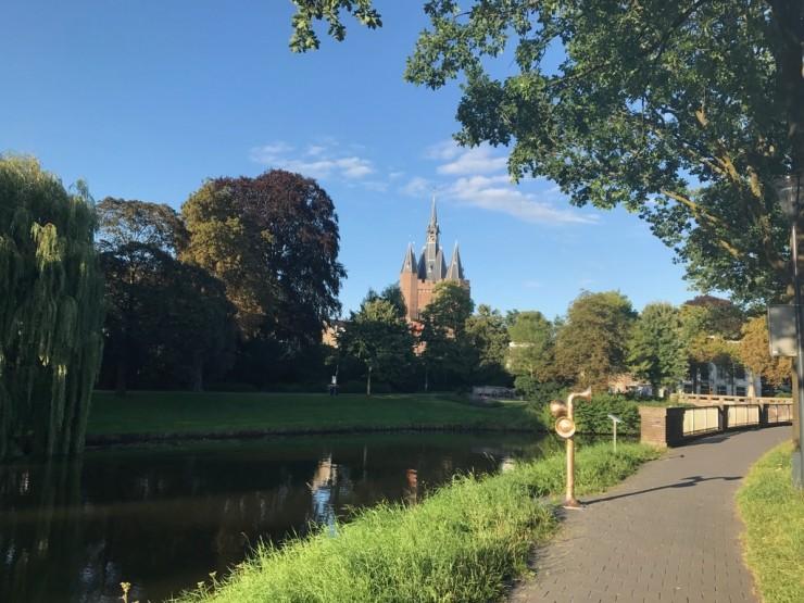 Zwolles historiske senter ligger til venstre, innenfor vollgravene. Byporten Sassenpoort fra middelalderen i bakgrunnen. Foto: © ReisDit.no