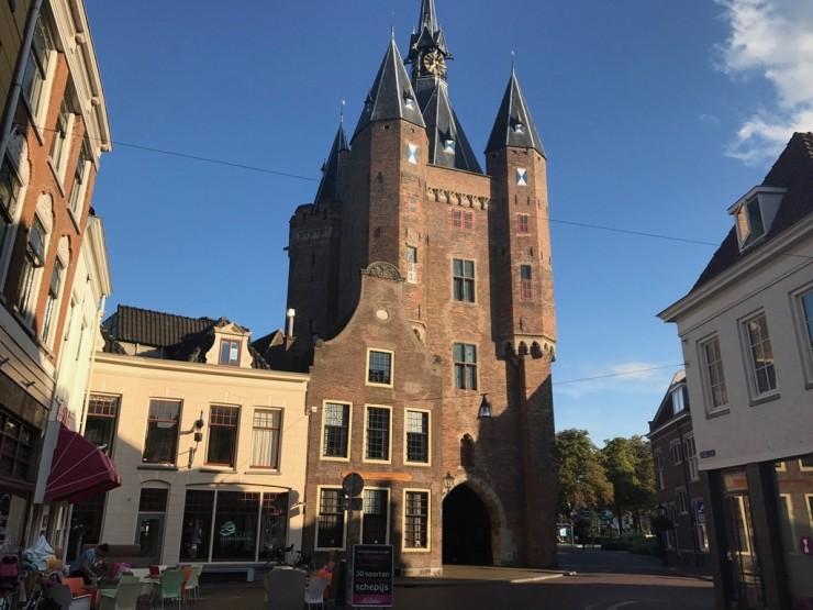 Byporten Sassenpoort fra middelalderen har tålt tidens tann godt. Foto: © ReisDit.no