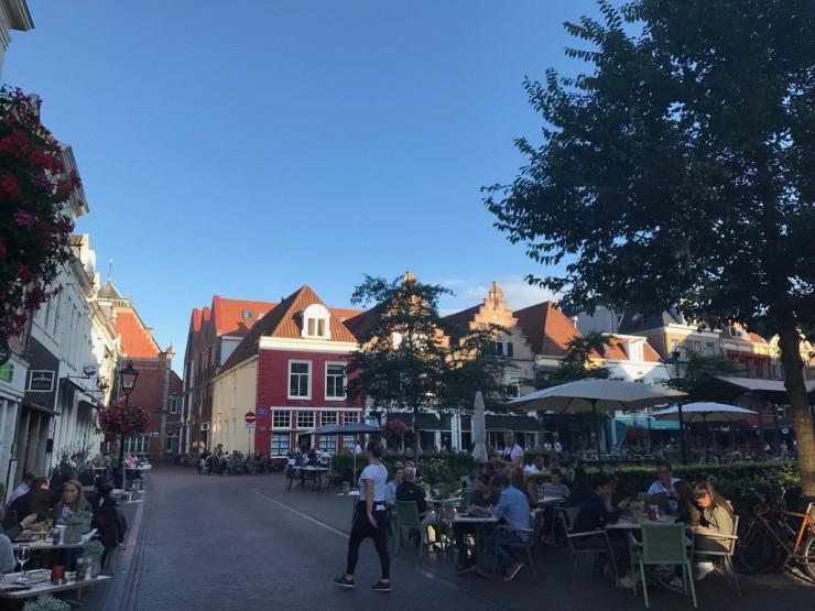 Fra møteplassen Niuwe Markt hvor det ligger mange hyggelige serveringssteder. Foto: © ReisDit.no