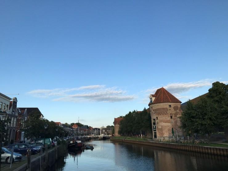Hele gamlebyen i Zwolle er omgitt av vann - her et tårn fra middelalderens bymurer ved havnen. Foto: © ReisDit.no