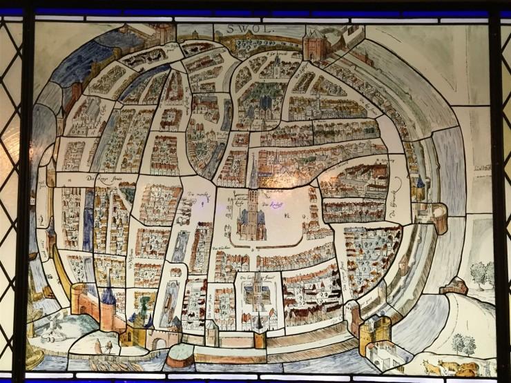 I Het Wijnhuis kan du Asse denne reproduksjonen av et 1500-talls kart over Zwolle, laget i glass etter eldgamle metoder. Foto: © ReisDit.no