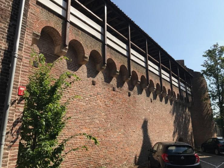 Rester av den gamle bymuren ved havneområdet. Foto: © ReisDit.no