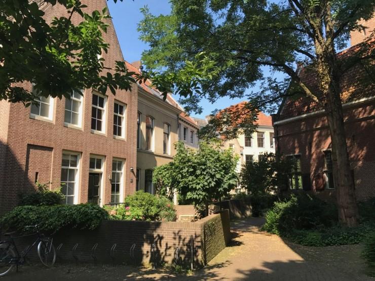 Grønt og frodig midt i Zwolles gamleby. Foto: © ReisDit.no