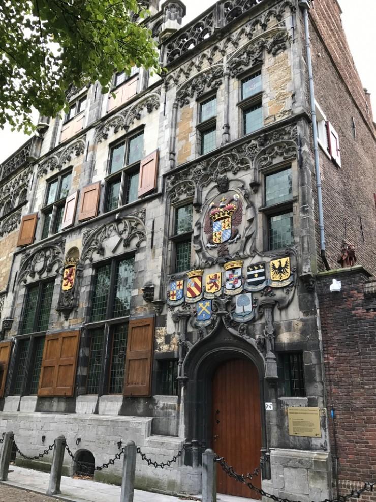 Fra fasaden til det flotte Gemeentelandshuis fra 1500-tallet. Foto: © ReisDit.no
