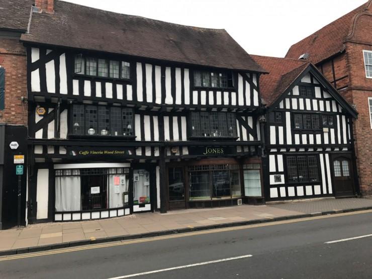 Det er mange flotte bindingsverkshus i Stratford upon Avon. Foto: © ReisDit.no