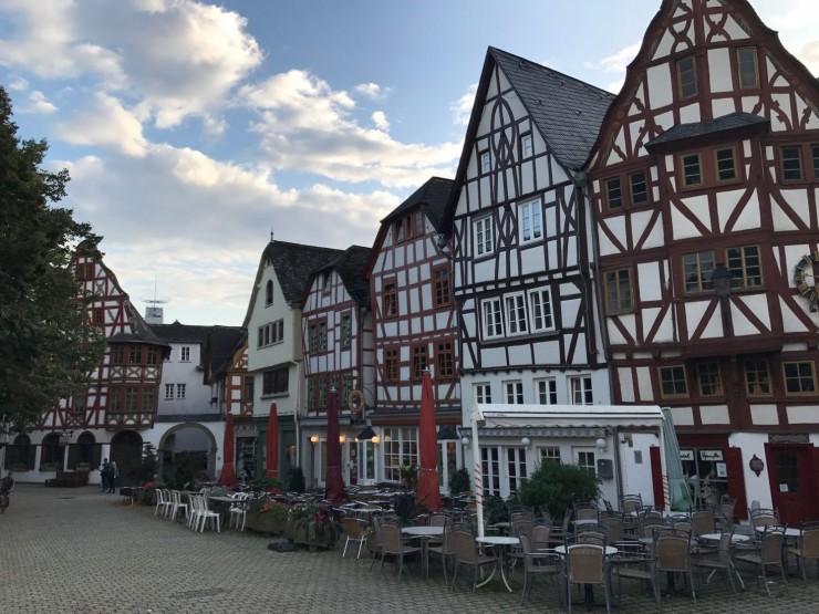 Det er trivelig på Kornmarkt i Limburg an der Lahn. Foto: © ReisDit.no