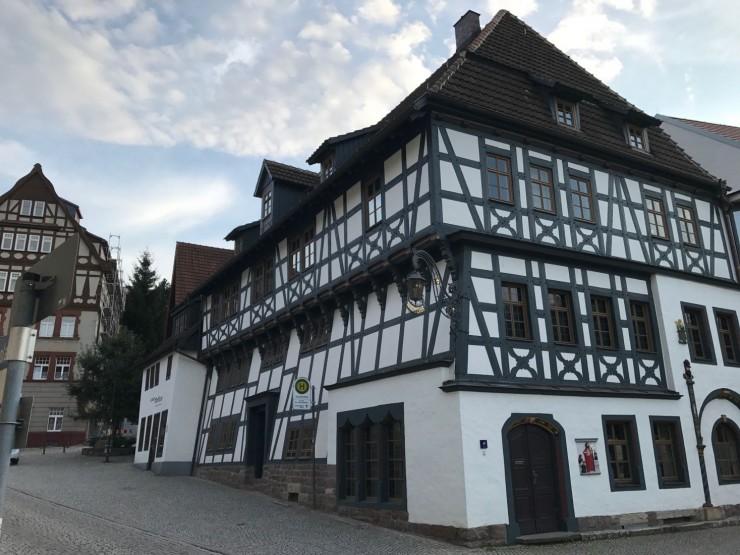 Lutherhaus ligger ovenfor Marktplatz i Eisenach. Foto: © ReisDit.no