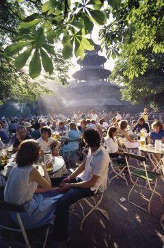 Biergarten Chinesischer Turm,i parken Englischer Garten, Altstadt, München, Bayern, Sør-Tyskland, Tyskland