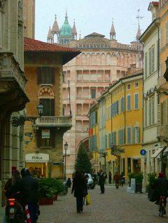 Via Pisacane rett ved Piazza del Duomo, Parma, Emilia Romagna, Nord-Italia, Italia