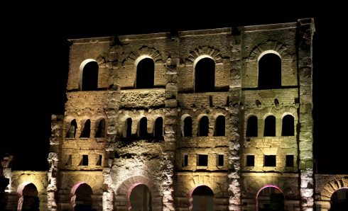 Det romerske teateret i flombelysning, Aosta, Valle d'Aosta, Nord-Italia, Italia
