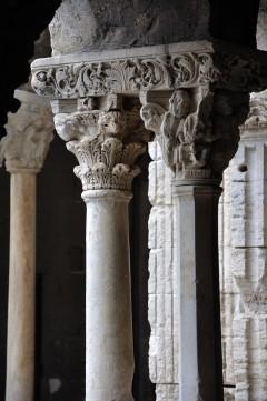 Tvillingsøyler med figurkapiteler fra St.-Trophimes klostergang i Arles, Unesco, Verdensarv, Arles, Provence, Sør-Frankrike, Frankrike