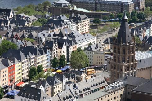 Altstadt med tårnet til det gotiske rådhuset fra 1330 i forgrunnen, Köln, Nordrhein-Westfalen, Vest-Tyskland, Tyskland