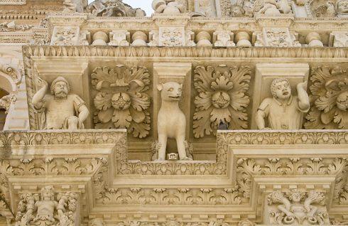 Balkong i barokk stil med intrikat utsmykning av pietra di Lecce, Lecce, Puglia, Sør-Italia, Italia