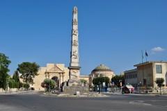 Piazetta di Arche del Trionfo med Porta Napoli og obelisken, Lecce, Puglia, Sør-Italia, Italia