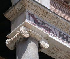 portico'en til Terracinas Duomo, siciliansk-normannisk frise, Terracina, Lazio, Midt-Italia, Italia