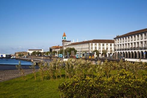 Fra havnepromenaden i Ponta Delgada på øya Sao Miguel, som tilhører Azorene