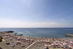 det er flere meget fine og populære badestrender langs Corso Italia, en kilometer øst for fergehavnen