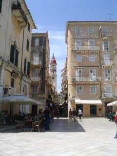 Korfus bys historiske bydel. Kirken med den røde kuppelen heter Agios Spyridon, Hellas Korfu