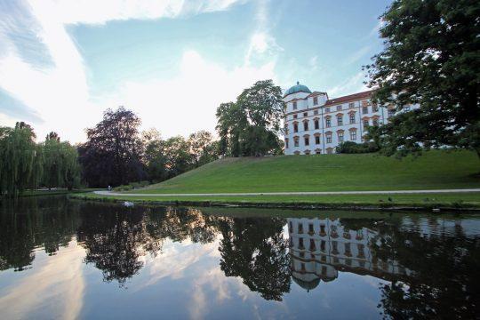 Schloss Celle ligger vakkert til, delvis omgitt av vann. Foto: Tourismus und Stadtmarketing Celle GmbH