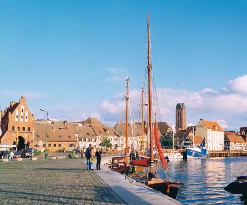 Alter Hafen med byporten Wassertor, Wismar, Østersjøen, Ostsee, Gamlebyen, Altstadt, Hansestadt Wismar, Mecklenburg Vorpommern, Nord-Tyskland