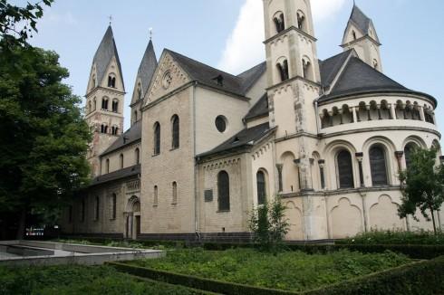 Basilika St. Kastor ble innviet i år 832 og benyttet som forhandlingssted av Karl den stores barnebarn da riket skulle deles i tre. Foto: © reisdit.no