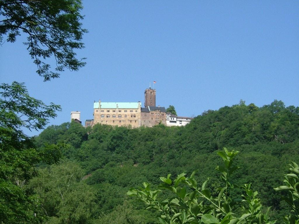 Wartburg ligger på en høyde over Eisenach