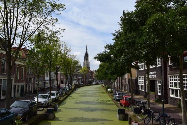 Kanal med tårnet til Nieuwe Kerk i bakgrunnen. Foto: © ReisDit.no