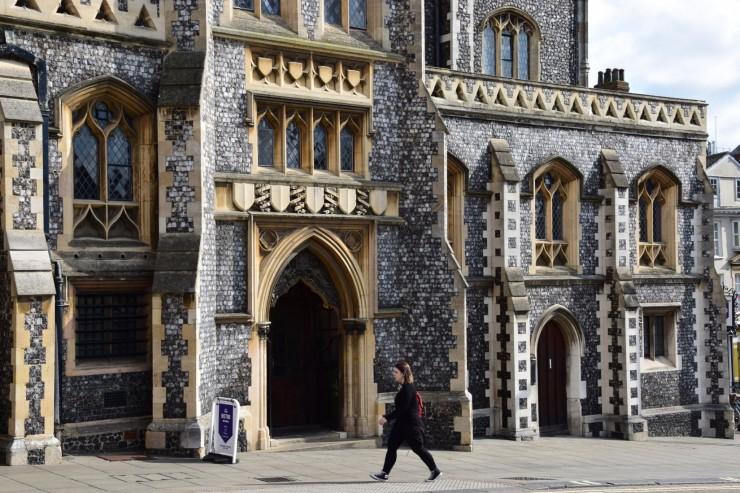 Den flotte Guildhall, tidligere rådhus fra år 1404, er bygget i flintstein. Foto: © ReisDit.no