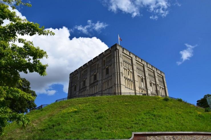 The Norman Castle ruver på en menneskeskapt høyde midt i Norwich sentrum. Foto: © ReisDit.no