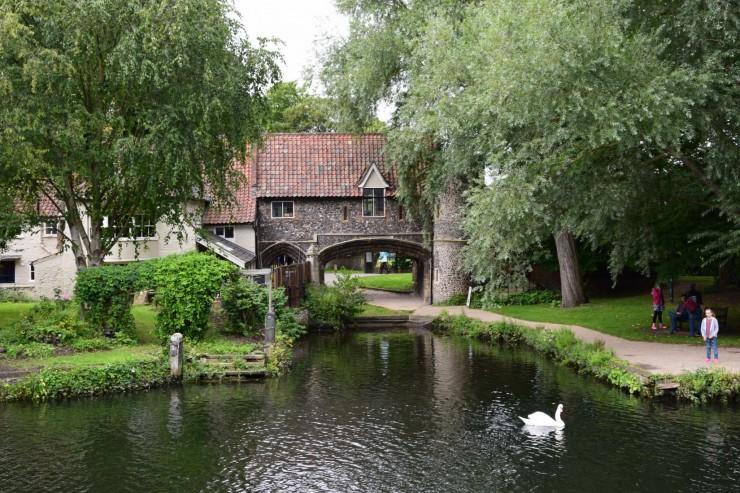 Pull's Ferry med bebyggelse fra 1500-tallet. Foto: © ReisDit.no