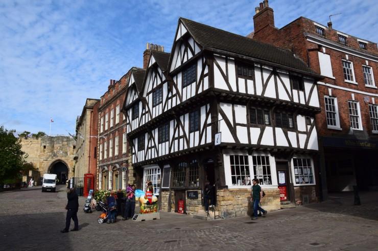 På Castle Hill: Turist-informasjonen holder i dag til i dette flotte Tudor-kjøpmannshuset fra år 1543. Foto: © ReisDit.no