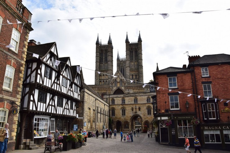 Castle Hill med Exchequergate foran Lincoln Cathedrals imponerende vestfasade. Foto: © ReisDit.no