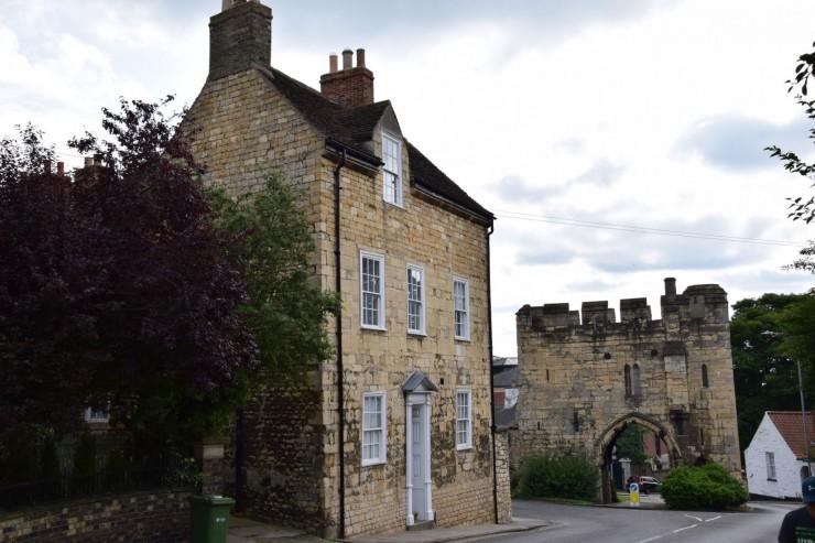 Den gamle byporten Pottergate fra middelalderen. Foto: © ReisDit.no
