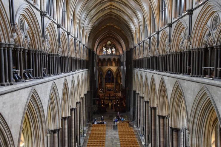 Salisbury Cathedral sett fra vestverket i den enorme bygningen. Foto: © ReisDit.no