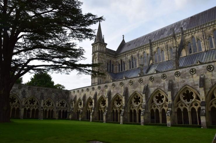 Salisbury Cathedral med den store klosterrundgangen. Foto: © ReisDit.no