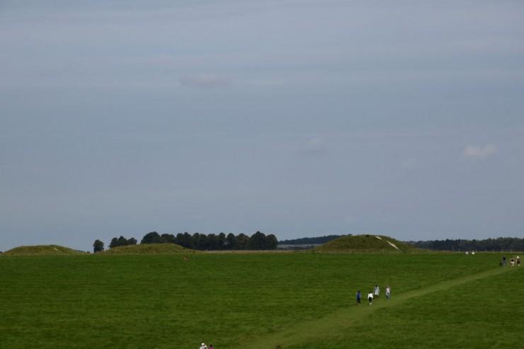 Området rundt Stonehenge består av et mylder av ulike fortidsminner fra ulike tidsepoker. Foto: © ReisDit.no