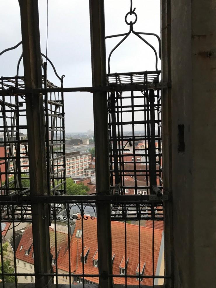 De tre burene henger fremdeles på utsiden av tårnet på St. Lambertikirche. Foto: © ReisDit.no