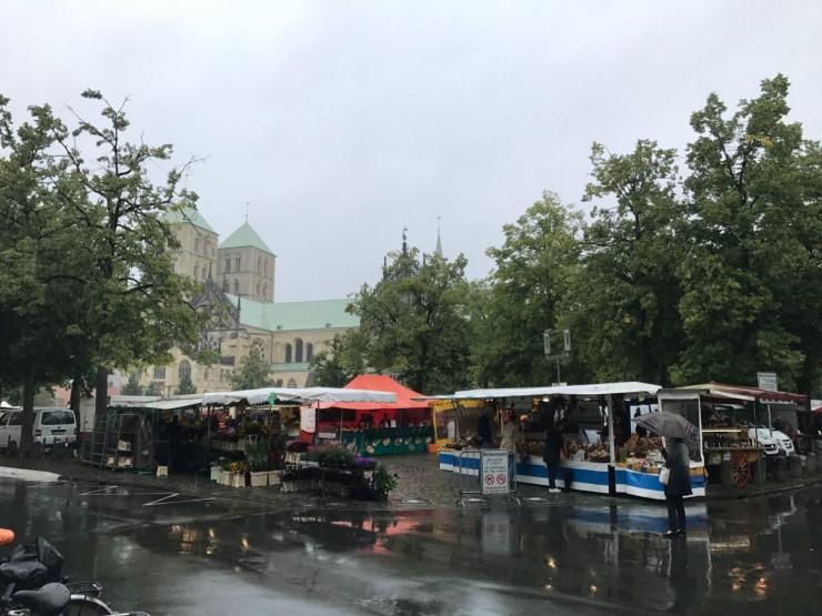 Dessverre regnet det på markedsdagen i Münster, men kundene kom likevel. Foto: © ReisDit.no