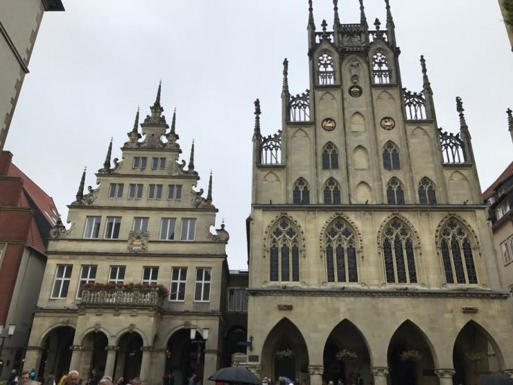 Rådhuset (til høyre) er et imponerende byggverk. Foto: © ReisDit.no