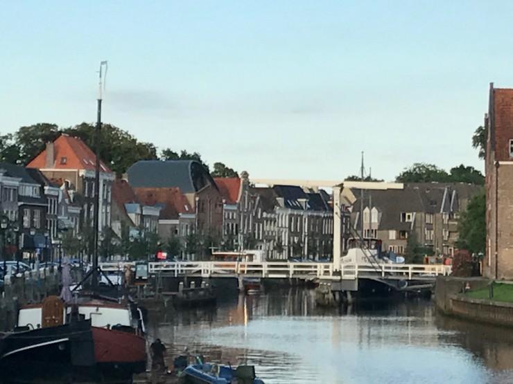 Zwolles havn med heve- og senkebroen i bakgrunnen. Foto: © ReisDit.no