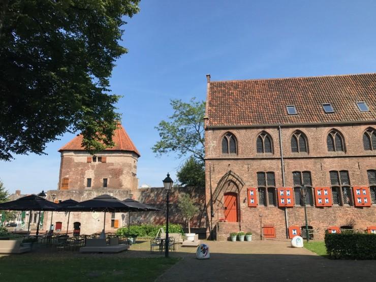 Bygningen til høyre er et tidligere kloster hvor i dag hotellet og restauranten Librije holder til - her finner du dessuten en diger bokhandel. Til venstre vakttårnet ved vollgraven. Foto: © ReisDit.no