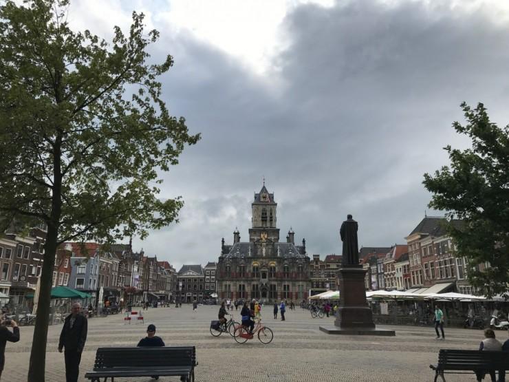 Det er kort vei til Delfts hjerte, Markt, uansett hvor i gamlebyen du befinner deg. I enden av plassen ser du rådhuset i renessansestil. Foto: © ReisDit.no