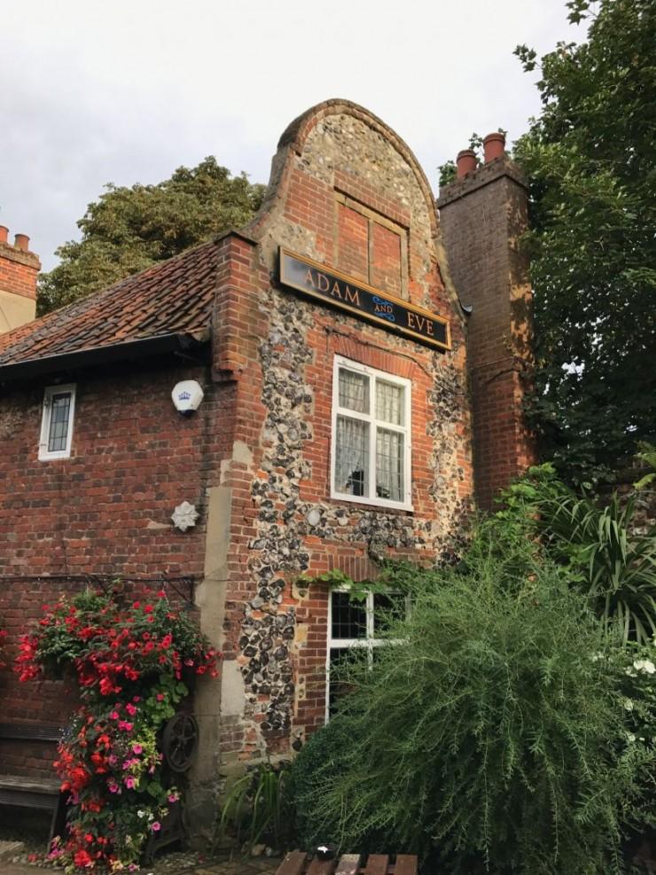 Adam and Eve pub, ikke langt fra Bishop Bridge. Her har det vært skjenkested i 700 år, selv om bygningen på bildet er noe yngre. Foto: © ReisDit.no