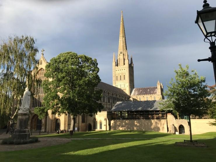 Norwich Cathedral med sitt karakteristiske tårn - Englands nest høyeste. Foto: © ReisDit.no