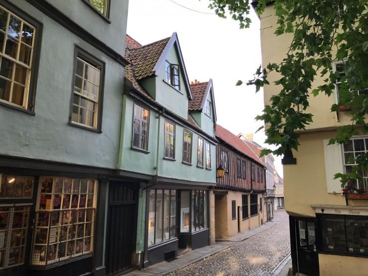 Elm Hill er en aldeles nydelig historisk gate, brosteinslagt og omgitt av hus fra 14- til 1700-tallet. Foto: © ReisDit.no