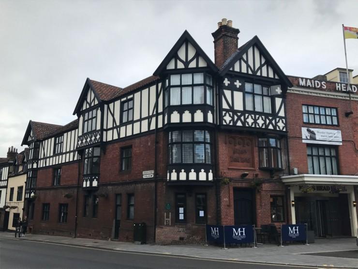 Gamle ærverdige og svært hyggelige Maids Head Hotel, slik det ser ut i dagslys. Foto: © ReisDit.no