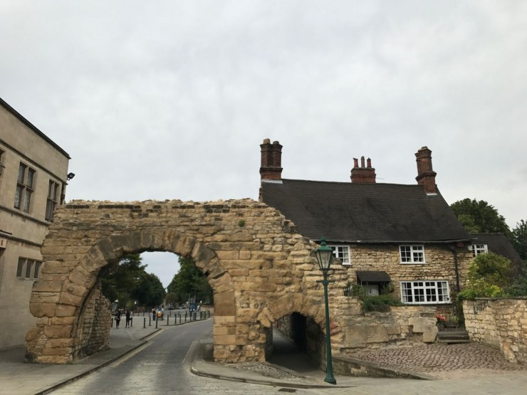 Den romerske byporten med det engelske navnet Newgate ligger ved starten av gaten Bailgate. Foto: © ReisDit.no