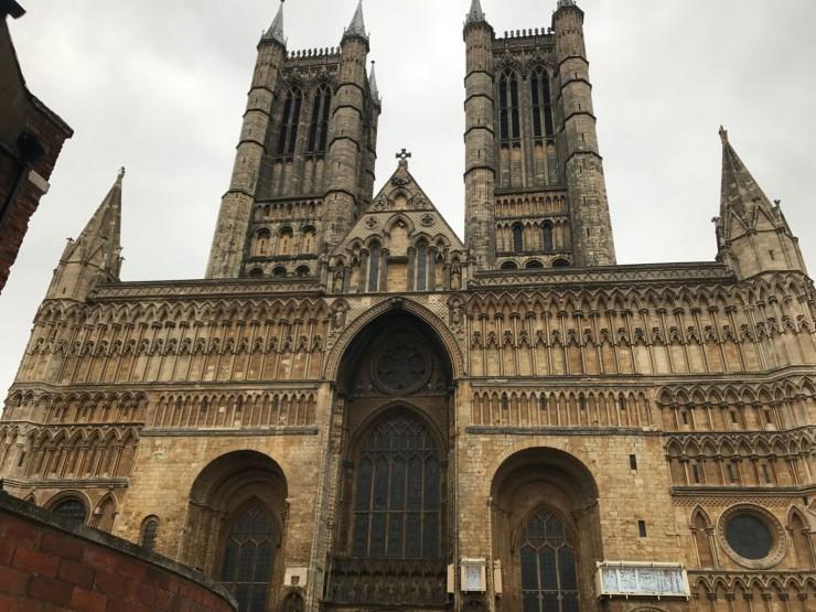 Lincoln Cathedral med sin massive og praktfullt dekorerte vestfasade. Foto: © ReisDit.no