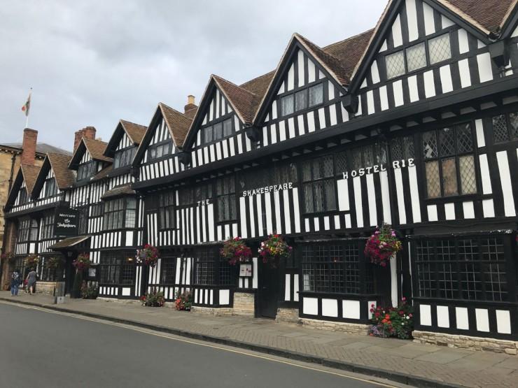 The Shakespeare Hostelerie - en flott Tudorhus som i dag har fått navn etter Shakespeare, som så mye annet i Stratford. Foto: © ReisDit.no