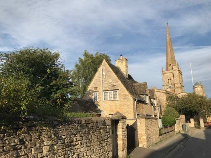 Burfords kirke ligger i en stille bakgate. Foto: © ReisDit.no